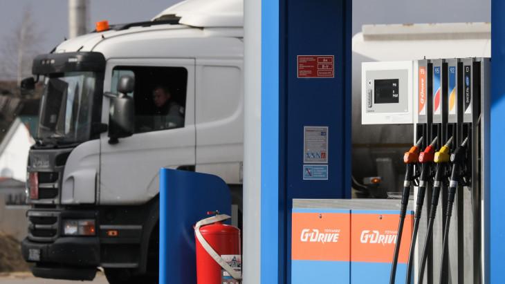 központi benzinkút vmi kereskedés