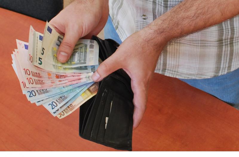 mennyi pénzt keres a világ egy év alatt