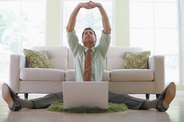 pénzt keresni a kanapén fekve)